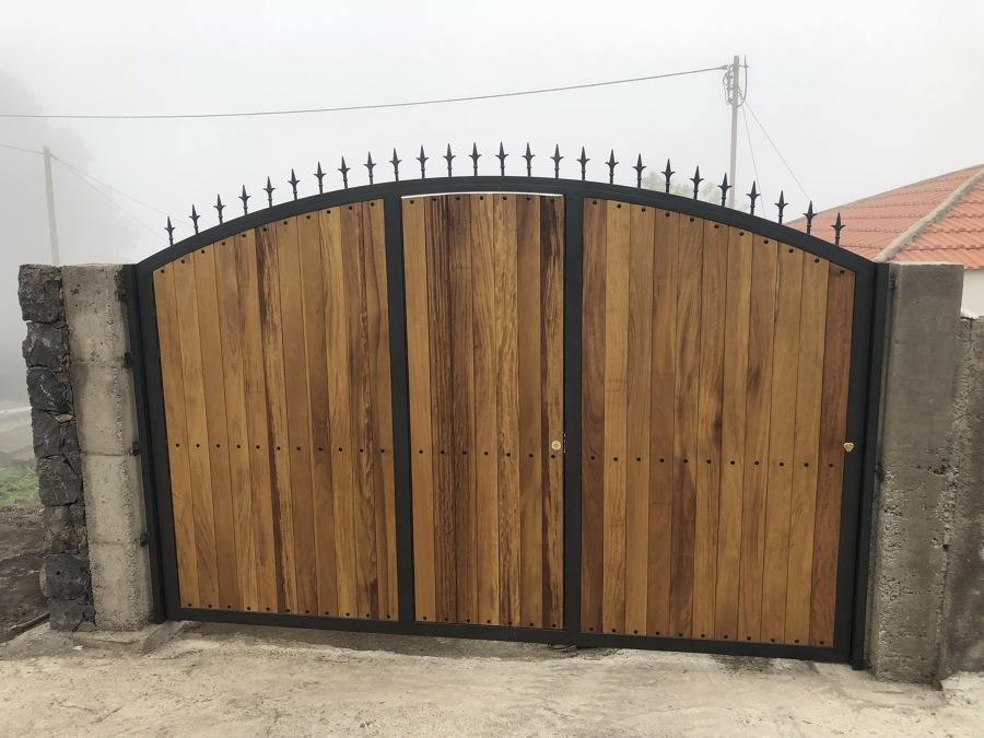 Puerta metálica con madera de morera