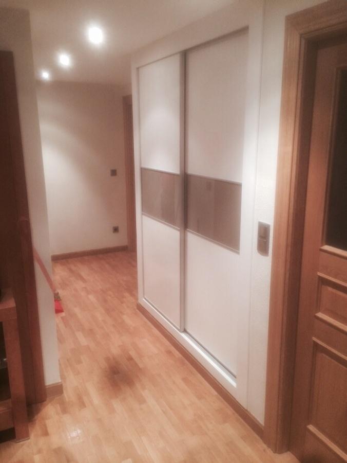 Foto armario empotrado pasillo blanco y cristal arena for Armarios elegantes
