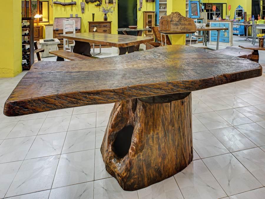 Mesa de roble con pie de tronco