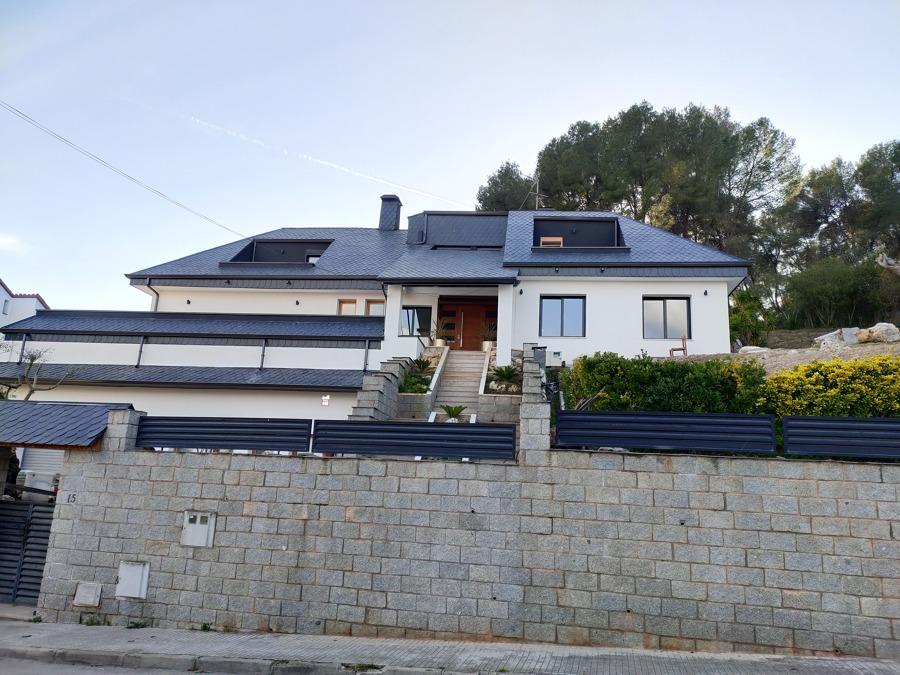 rehabilitación fachada en casa de pizarra y acrílico