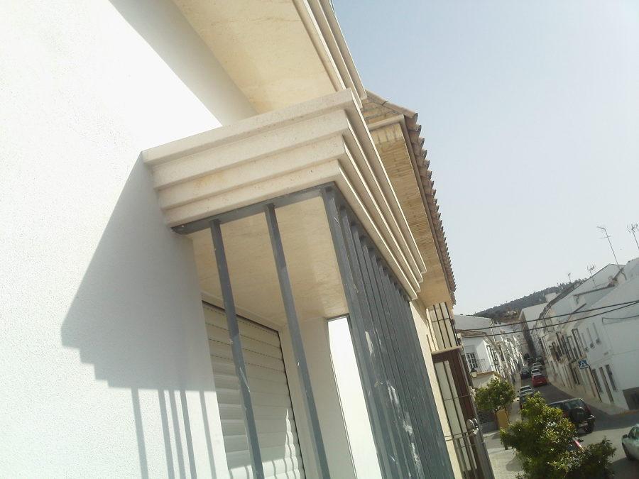 Guardapolvos de ventana con molduras rectas en Caliza Crema Sevilla