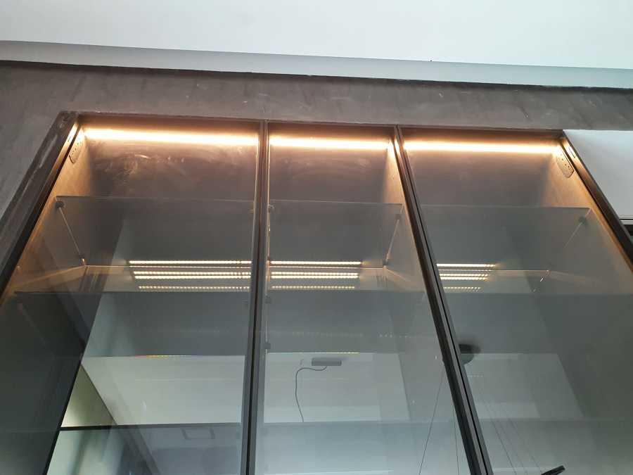 Iluminación dentro de mueble cristalera
