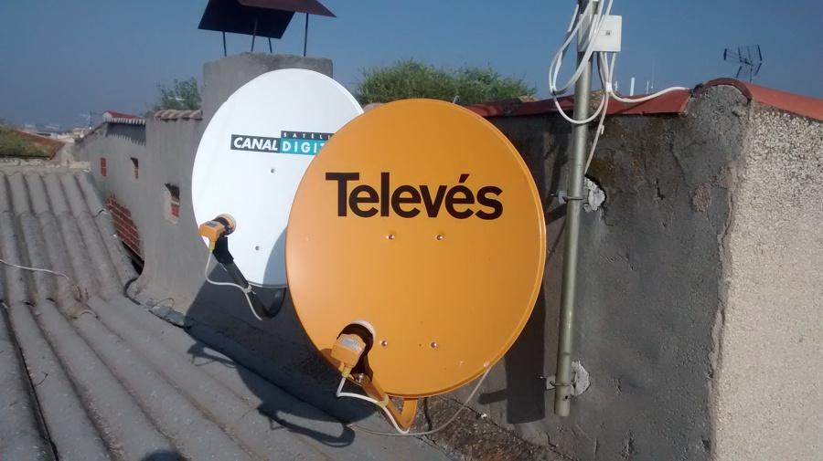 Foto instalaci n de antena parabolica de electricidad for Antenas parabolicas en granada