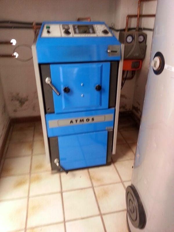 Instalación de caldera ATMOS DC18S con puerta para quemador de pellet.