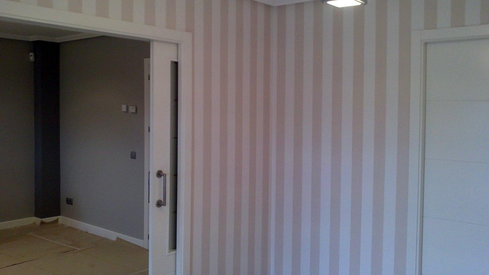instalacion de papel pintado combinado con pintura lisa en color gris medio