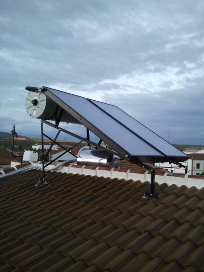 Foto instalaci n de placas solares sobre tejado inclinado for Placas solares barcelona