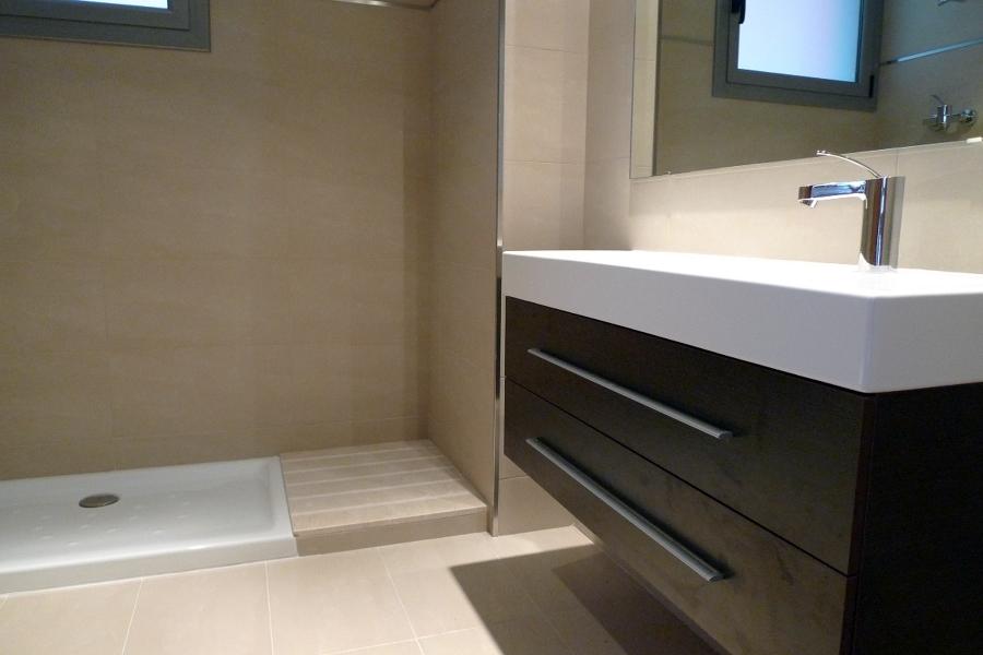 Instalación de plato de ducha y lavamanos