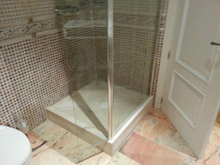 Foto instalaci n de plato ducha de m rmol y mampara de - Plato de ducha ceramico ...