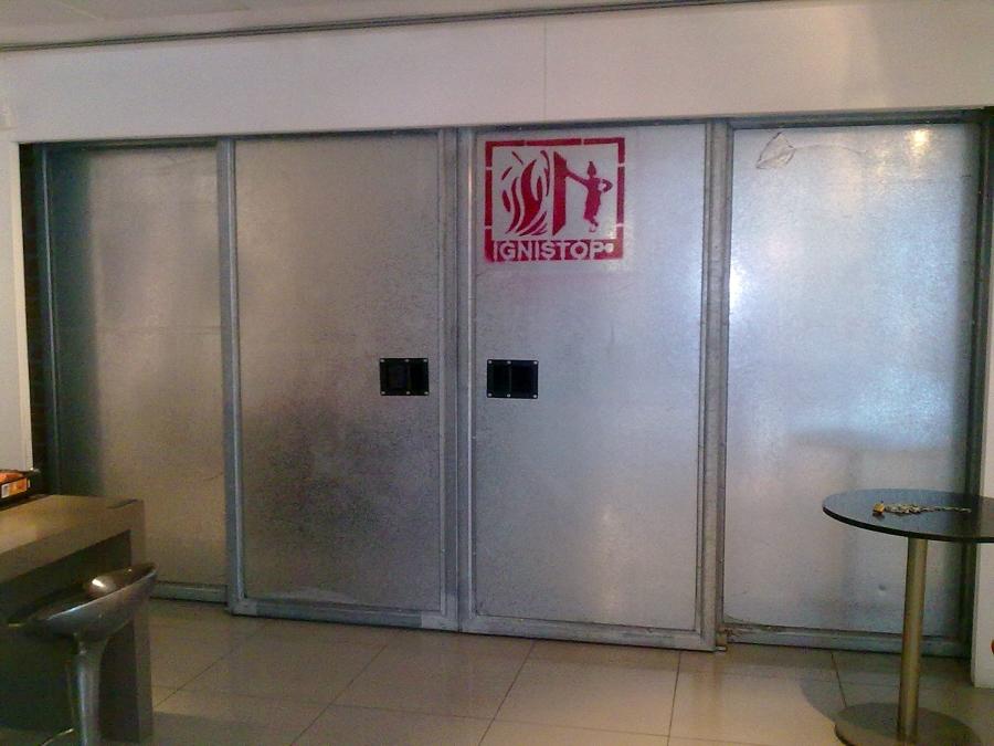 Foto instalaci n de puertas correderas cortafuegos de for Instalacion de puertas