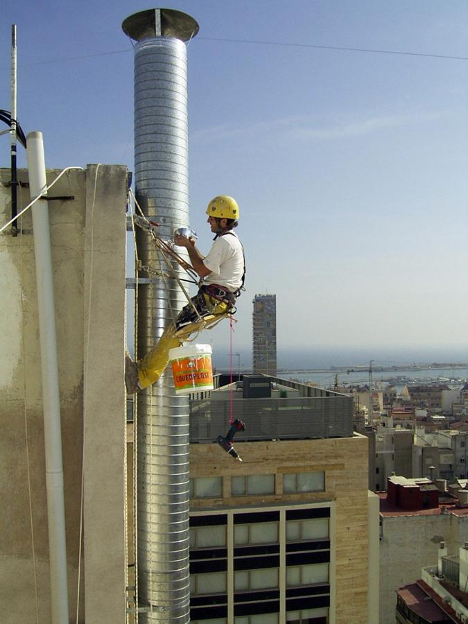 Instalación de tubería helicoidal en exterior de edificio