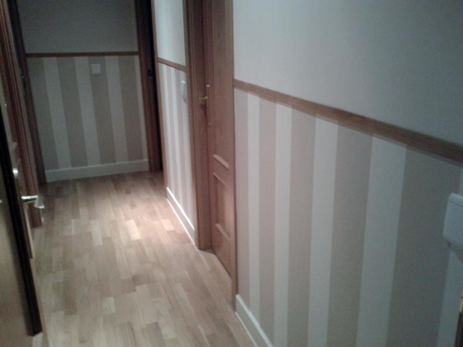 Foto instalaci n de z calo de papel pintado en pasillo de for Papel pintado para puertas