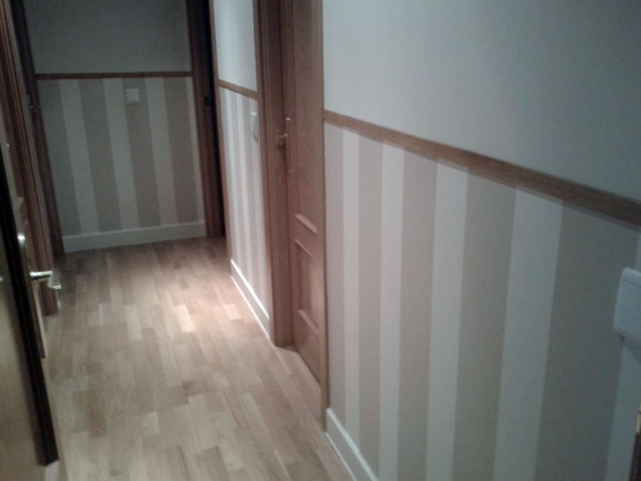 Foto instalaci n de z calo de papel pintado en pasillo de - Papel pintado para puertas ...