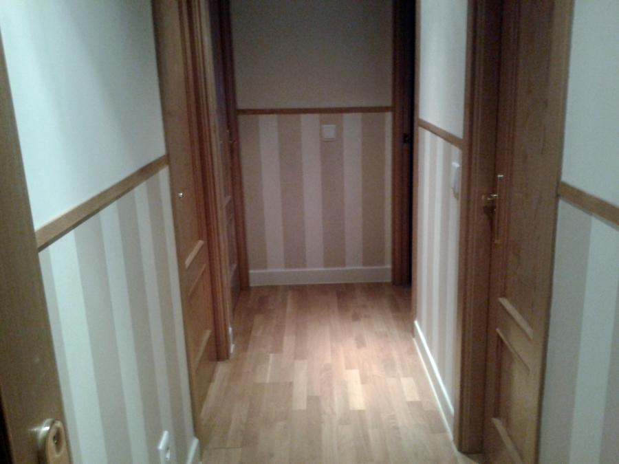 Foto instalaci n de z calo de papel pintado en pasillo de for Pintura para pasillos largos