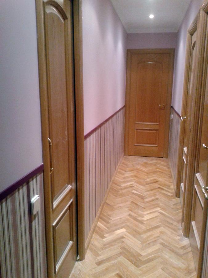 Foto instalaci n de z calo de papel pintado en pasillo - Decoracion con papel pintado y pintura ...