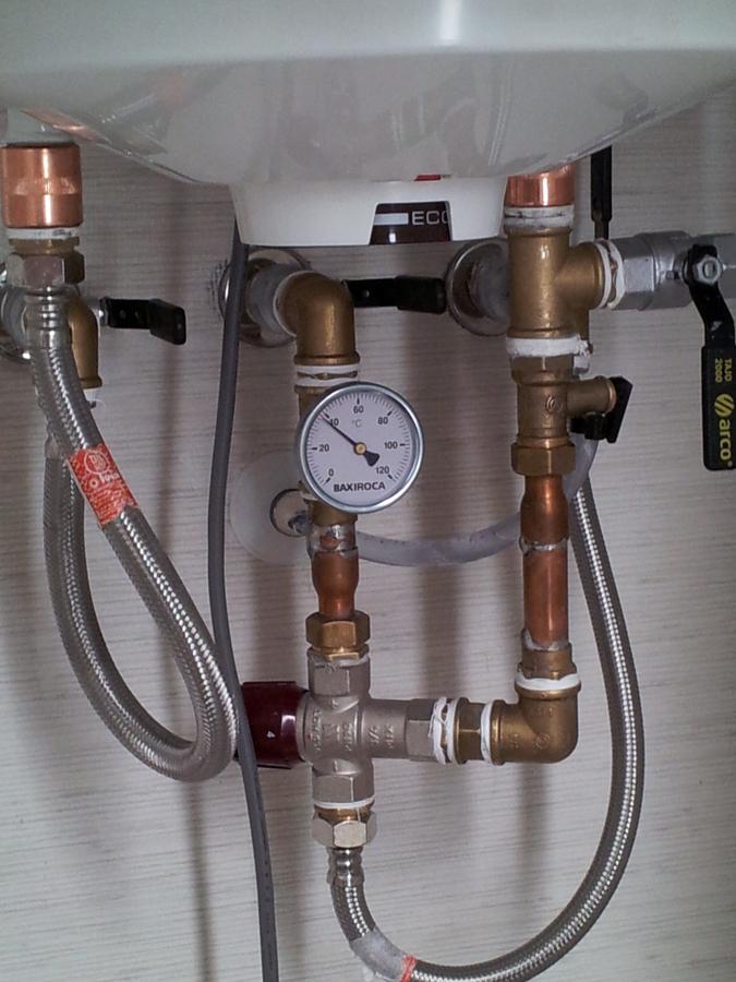 Foto instalaci n energ a solar alternativo con for Valvula de seguridad termo electrico