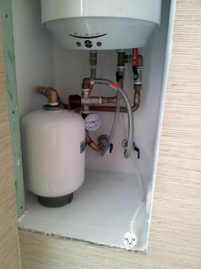 Foto instalaci n hidraulica de calentador el ctrico de for Valvula de seguridad termo electrico