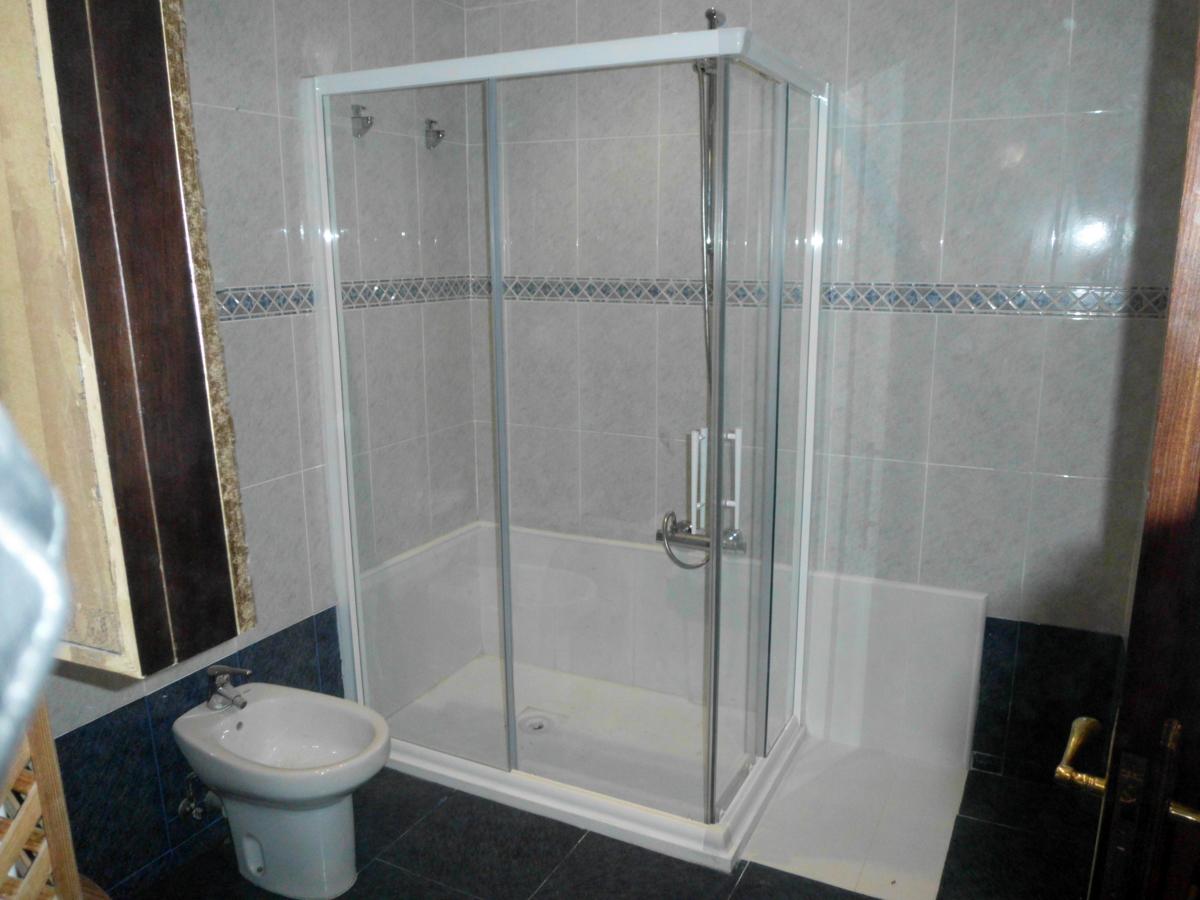 Foto instalacion plato ducha con zona secado y mampara de - Fotos de platos de ducha ...