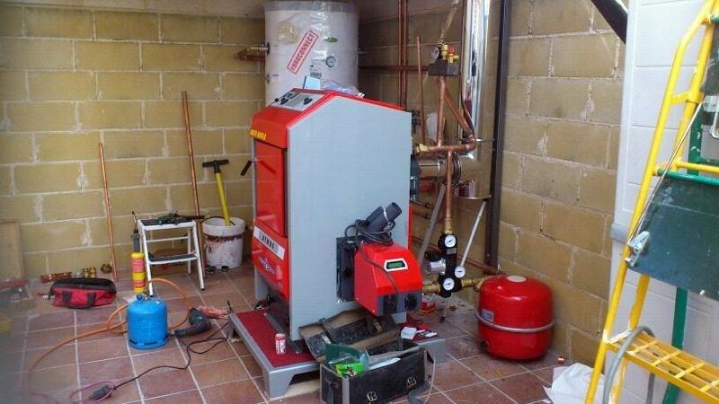 Instalación (realizándose) de caldera de pellet ATMOS D14P.