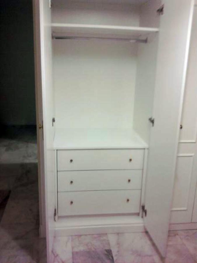 interior de armario y puertas abatibles lacadas