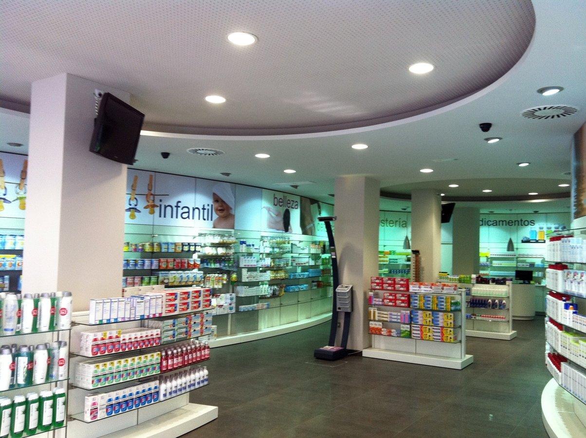 Foto interior farmacia calatayud de fussion reformas y for Decoracion de farmacias