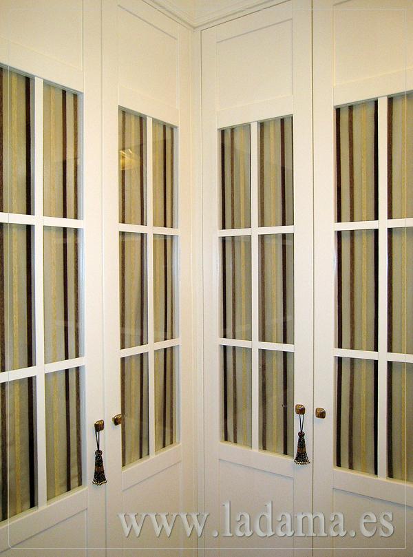 Visillos para puertas armario a medida lacado en blanco for Armarios con cortinas