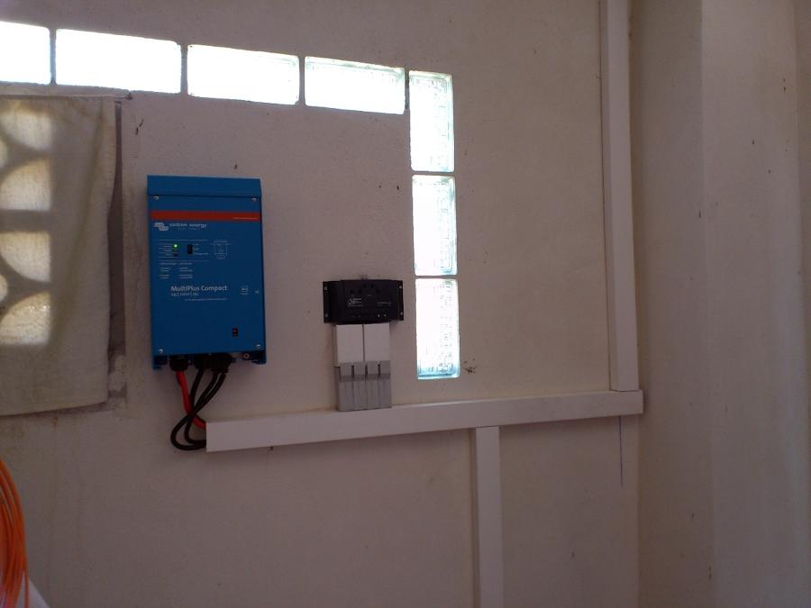 Inversor y regulador de carga de una fotovoltaica aislada