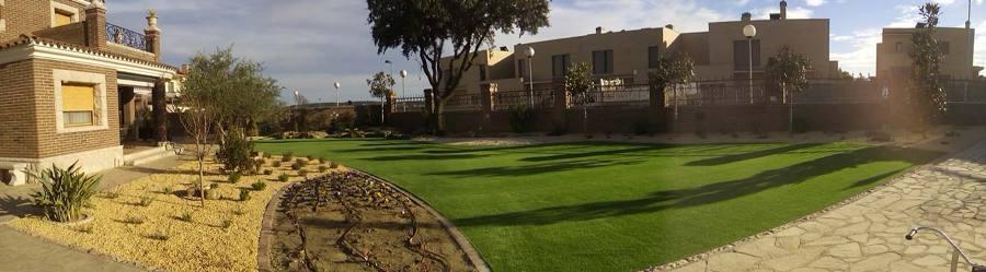 jardí amb gespa artificial