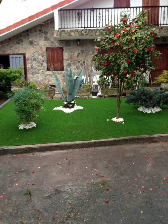 Foto jardin cesped artificial y vivienda de manuel a for Jardines con cesped