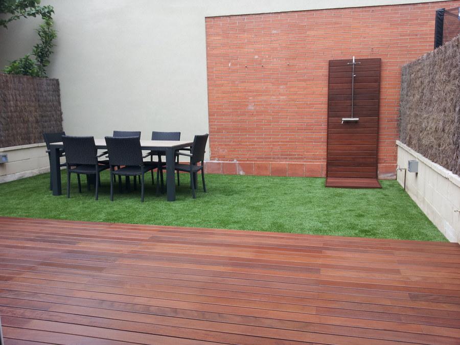 Foto jard n con c sped artificial madera tropical y for Jardines con piedras y madera