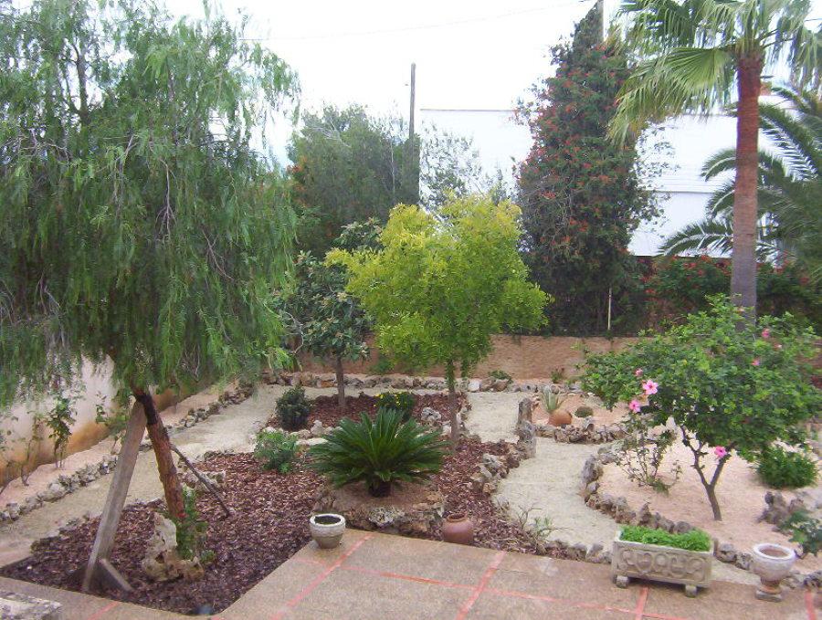 Foto jard n de bajo mantenimiento y riego integrado de for Jardines de bajo mantenimiento