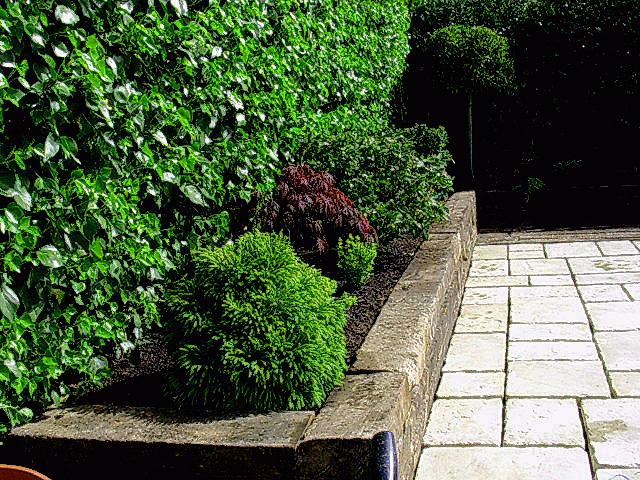 Foto jardineras de madera con traviesas de ferrocarril for Suelos para jardines fotos