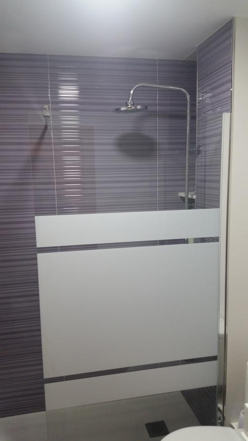 baño baldosa gris