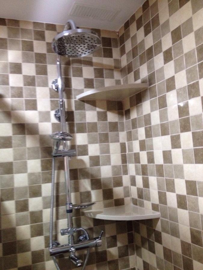 baño baldosín en gris