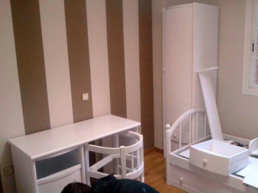Foto lacar mobiliario dormitorio y pintar la estancia con - Papel a rayas para paredes ...