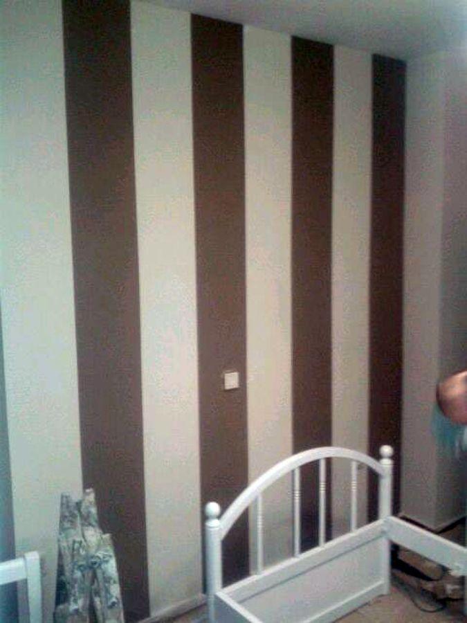 Foto lacar mobiliario dormitorio y pintar la estancia con una pared a rayas gruesas verticales - Pintar paredes a rayas horizontales ...