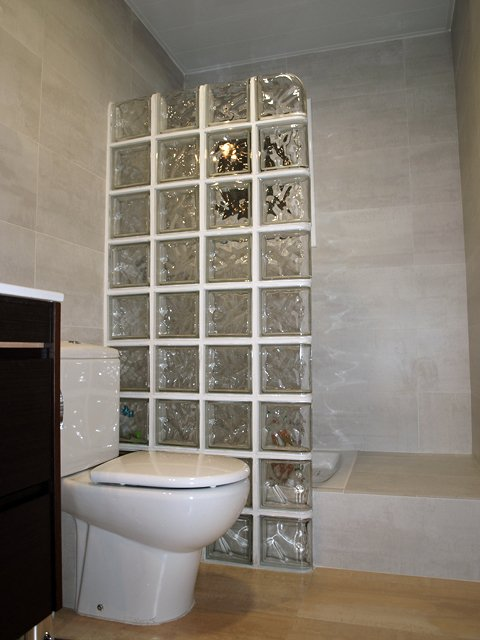 Foto ladrillos de cristal de montaje balear 151560 for Fotos cuartos de bano con paves