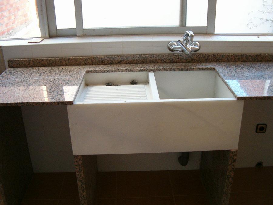 Lavadero De Baño Moderno:Lavadero de marmol macael con encimera de granito porriño, montado
