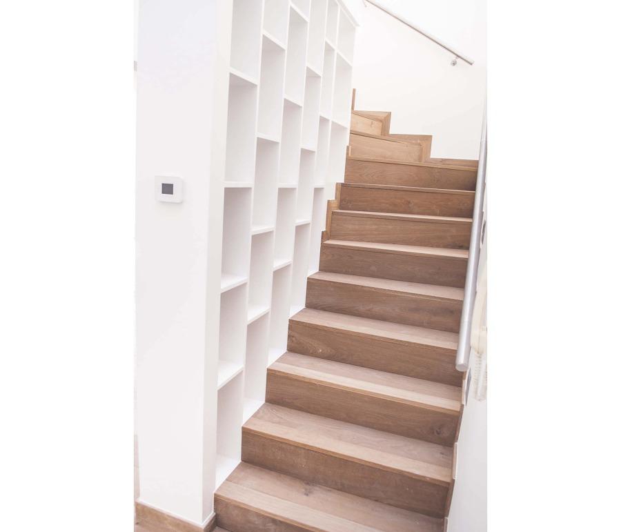 libreria en escalera revestida madera