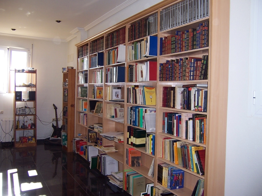 Librería en melamina de haya blanca. Acabado con cornisa.