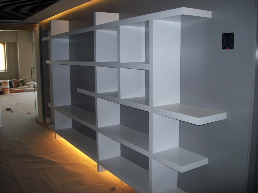 Librería irregular lacada