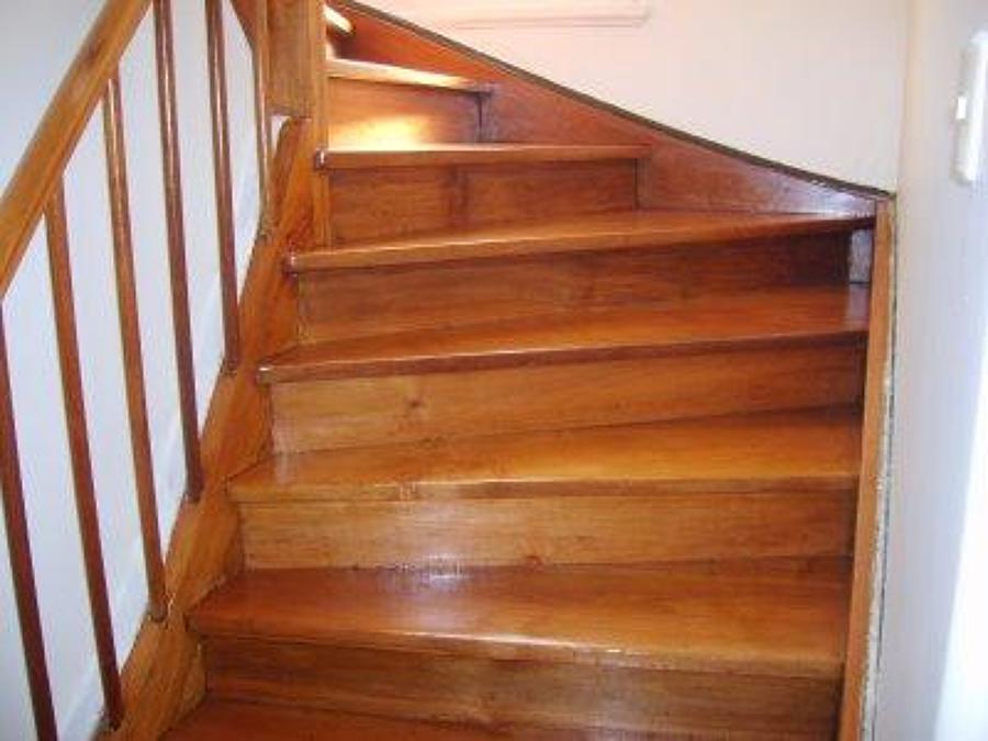 Foto lijado afinado y barnizado de parquet y tarima for Escaleras con alfombra