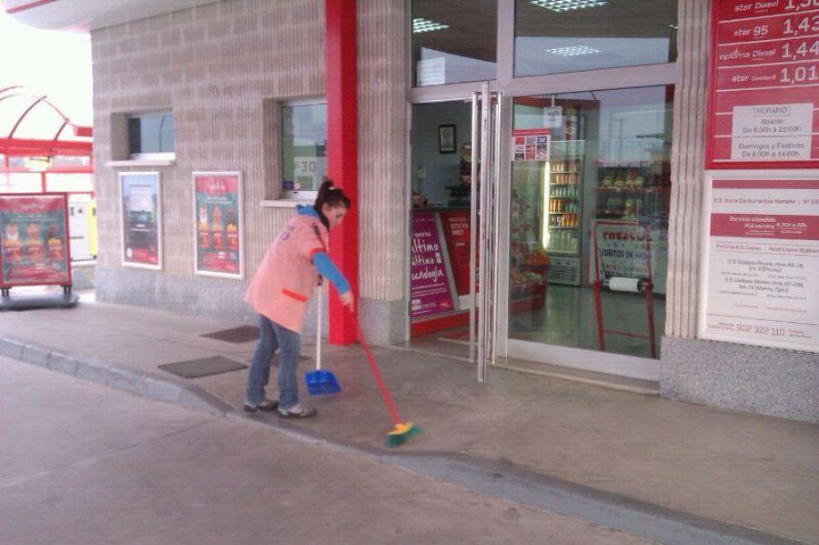 Limpiando una gasolinera