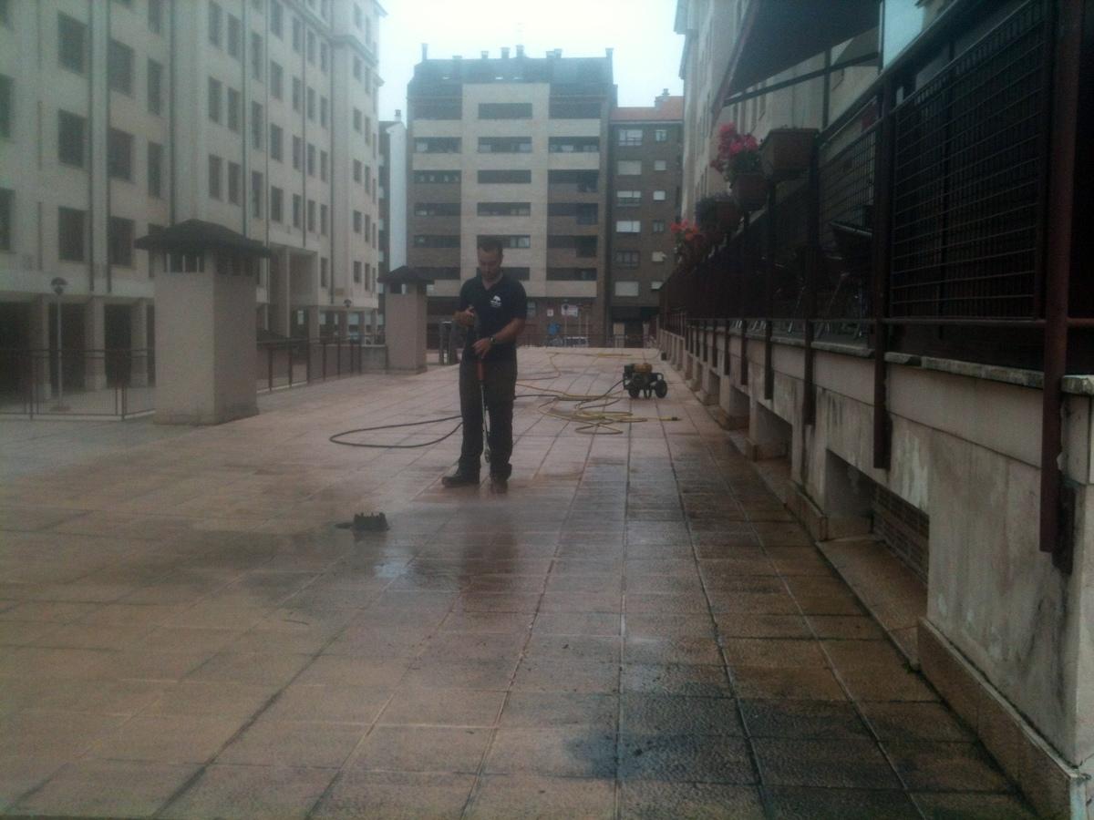 Limpieza de patios exteriores o terrazas.