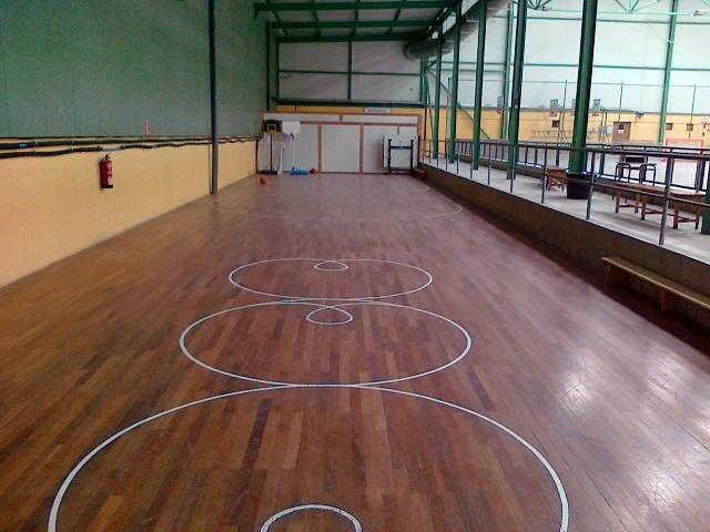 limpieza de suelo de madera de un polideportivo