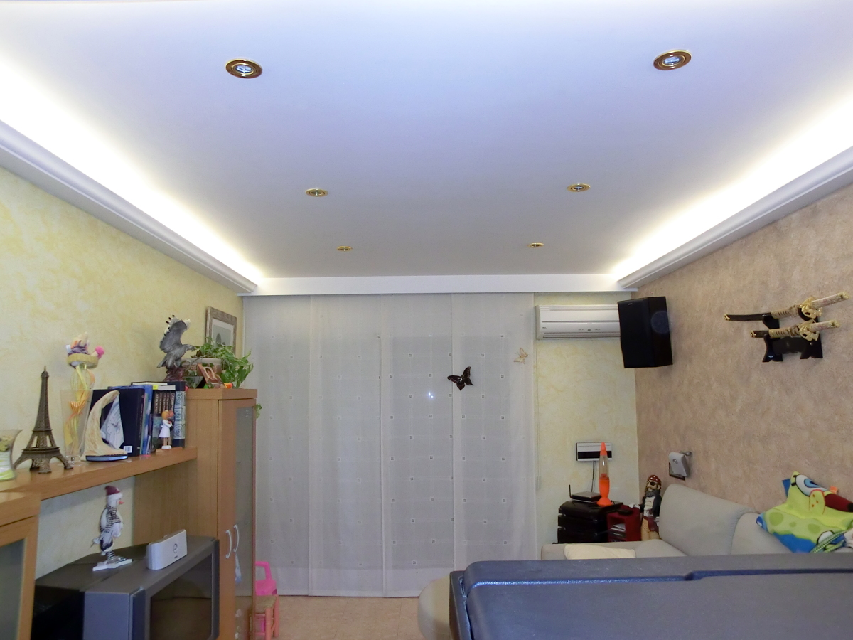 Foto luz indirecta con franja lisa de enguixats i - Luz de techo ...