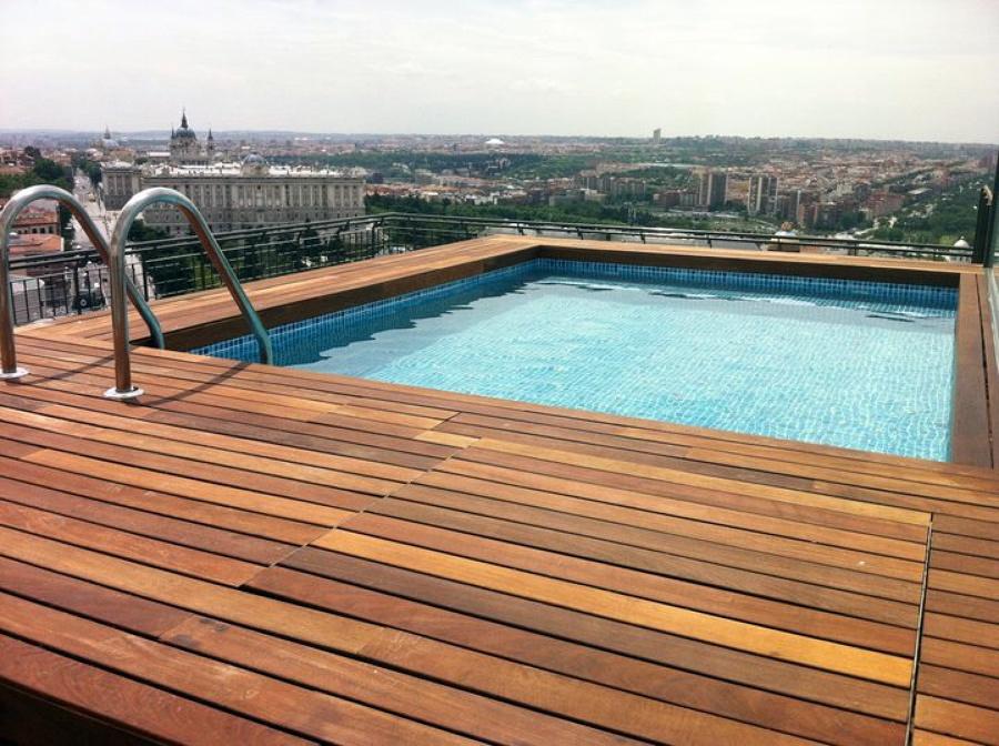 Foto madera ipe en piscina del tico de radu marin for Piscinas en aticos