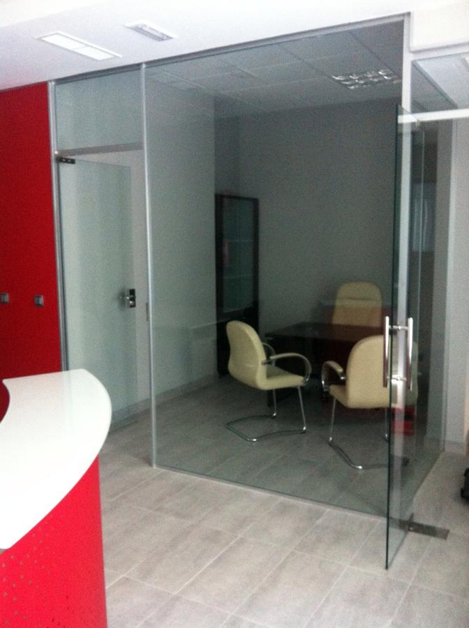 Foto mamparas de oficinas con puertas de vidrio de for Puertas para oficina
