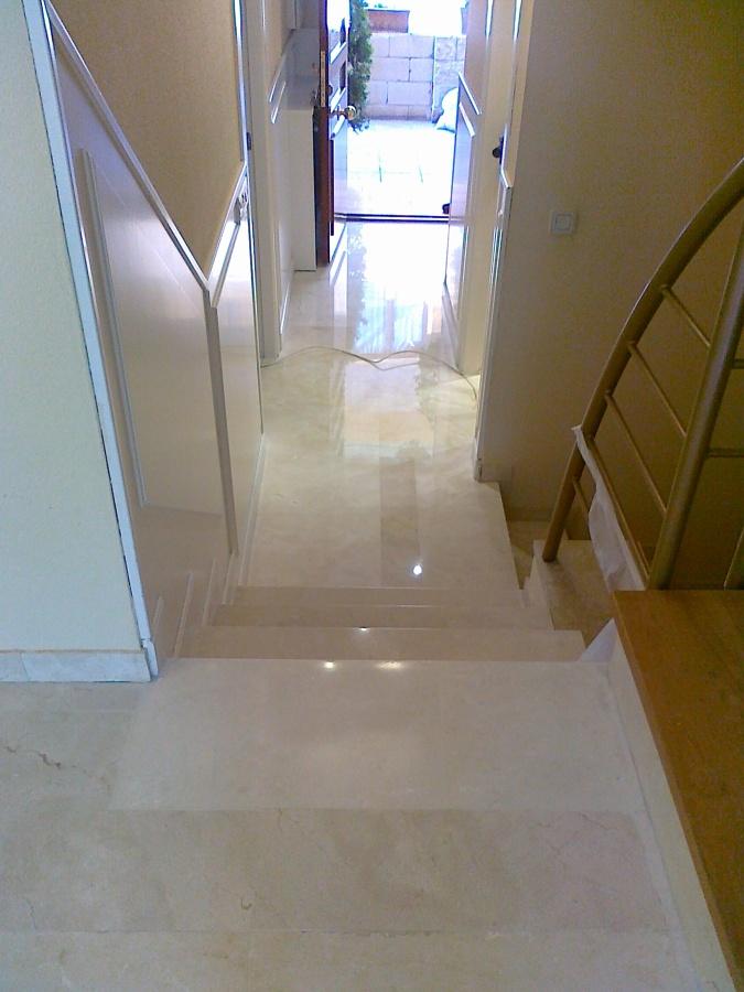 Foto marmol crema marfil hall y escalones de pulimentos for Marmol para escaleras precio