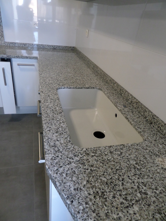 Foto marmoles monserrat 625316705 bancada de cocina en for Encimera de granito gris
