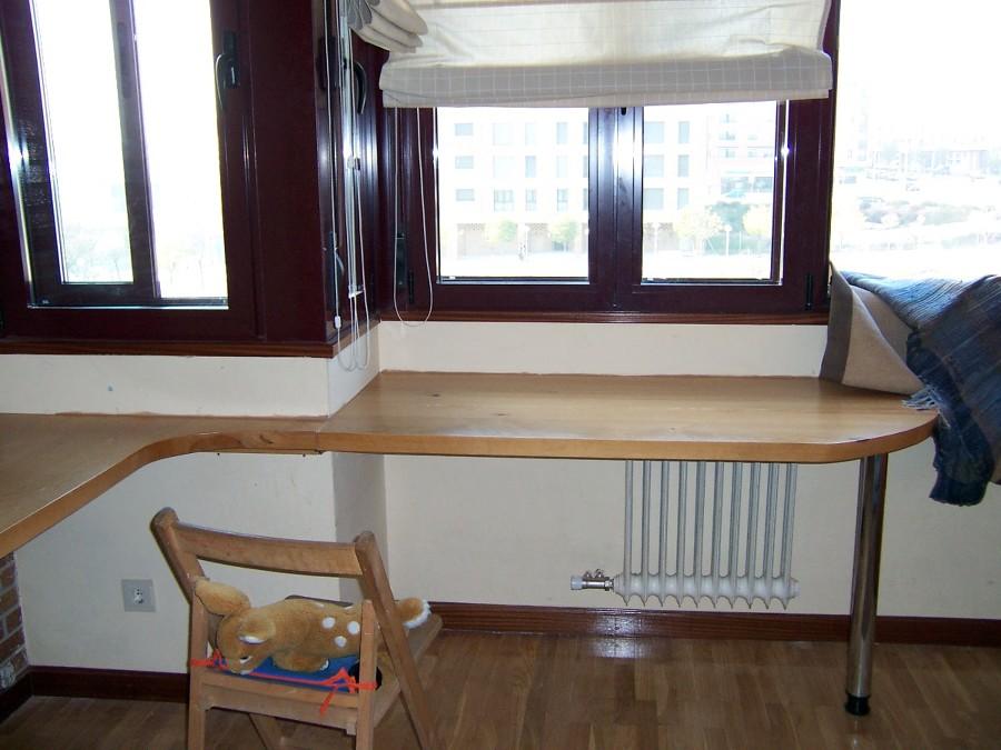 Foto mesa de estudio aprovechando pared de la alacena - Mesas de estudio de diseno ...